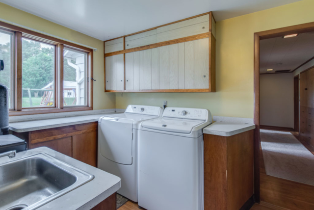 Laundry room - 4803 E River Freeland